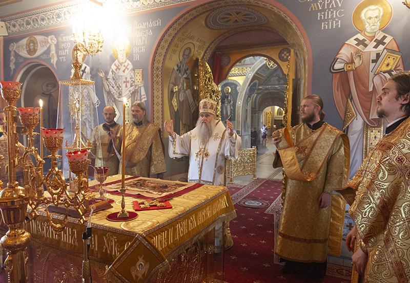 святой в храме