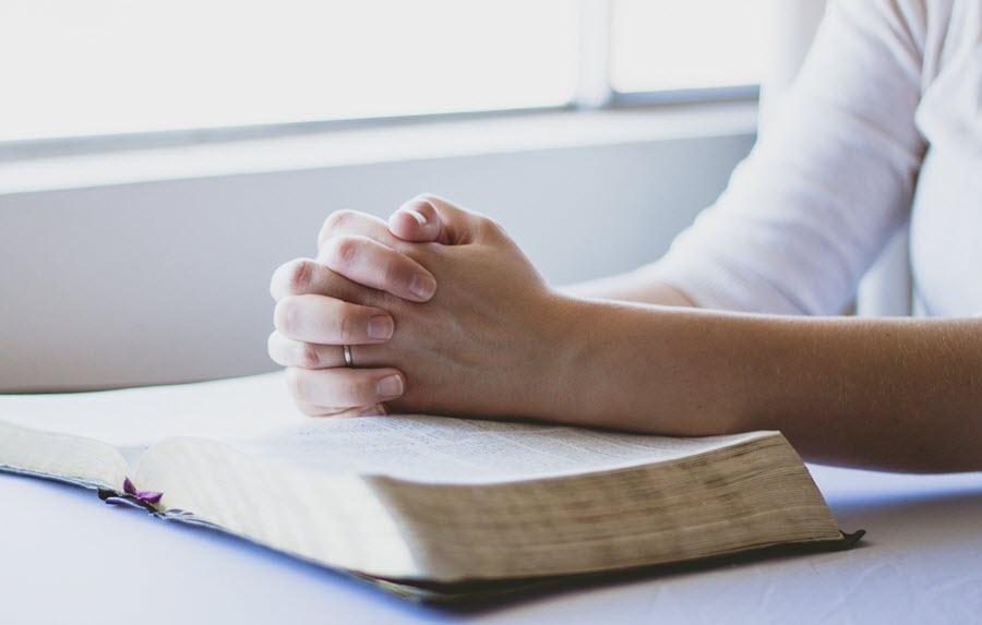 руки на библии