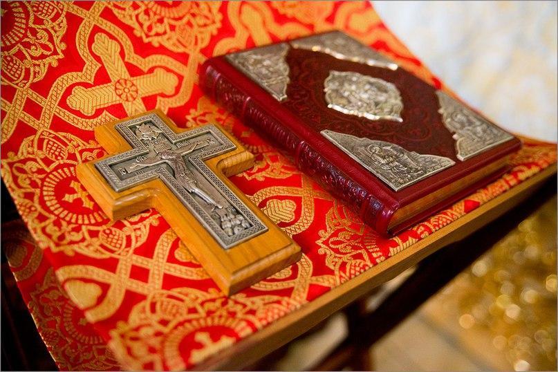 свеча и крест