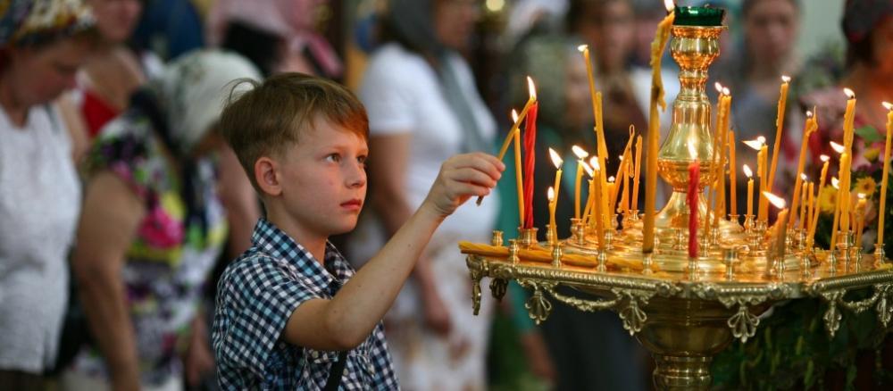 парень и свечи