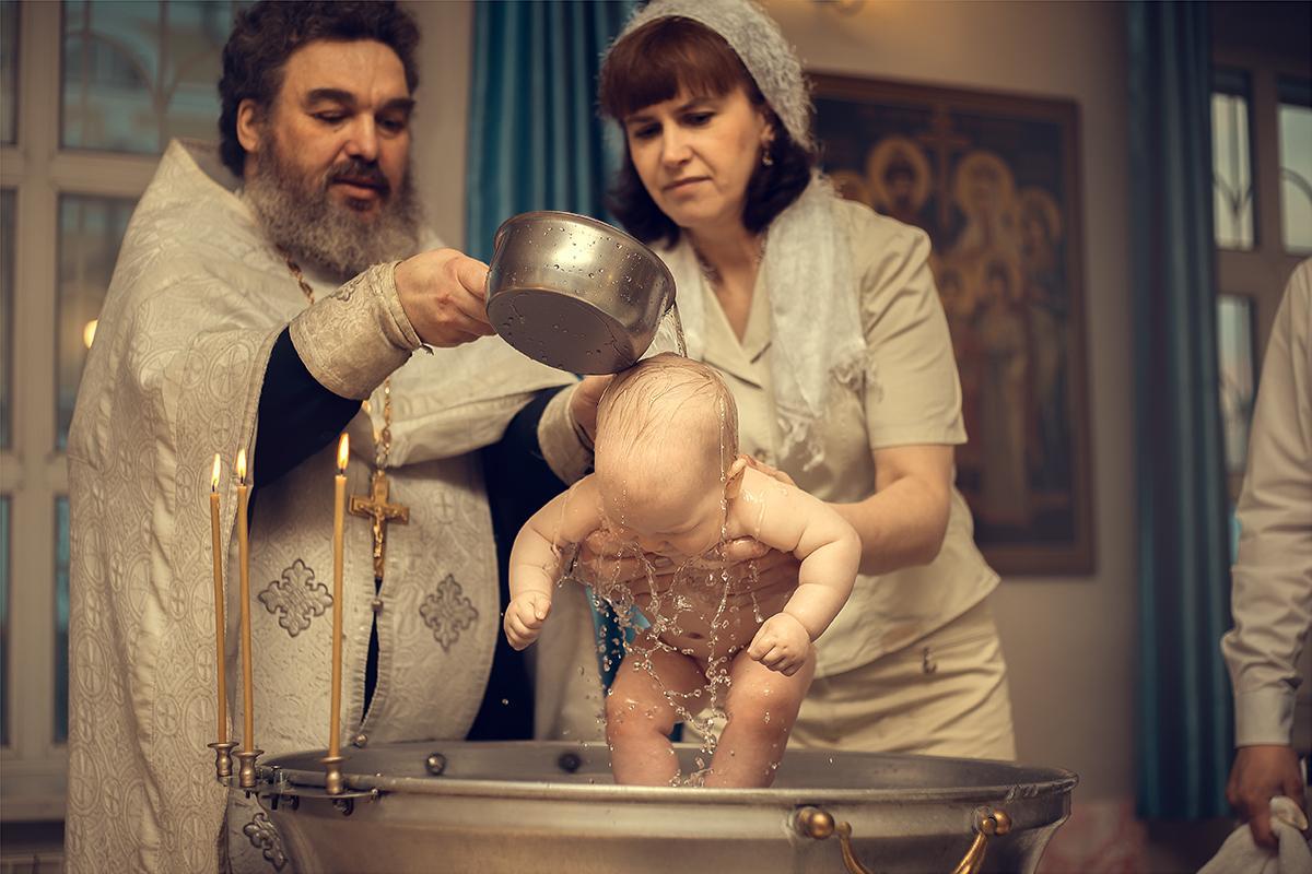 ребенка крестят