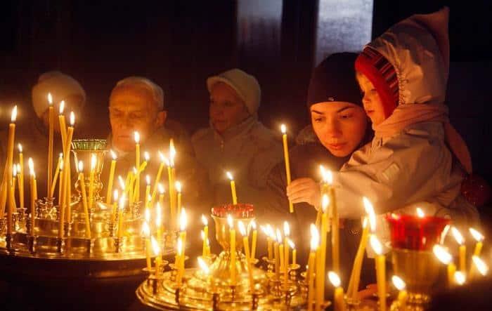 много свеч и люди