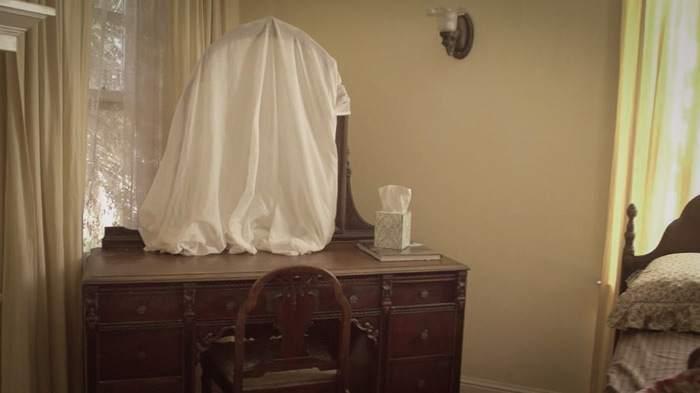 Закрывание зеркал белой тканью