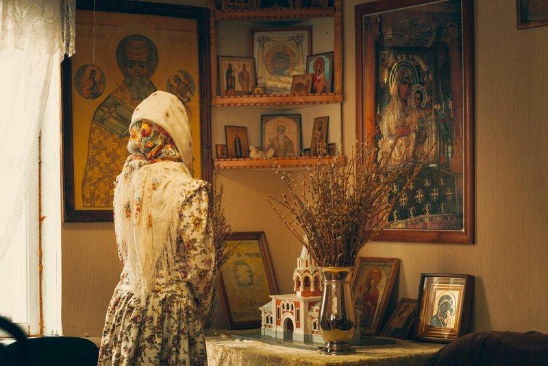 девушка и иконы