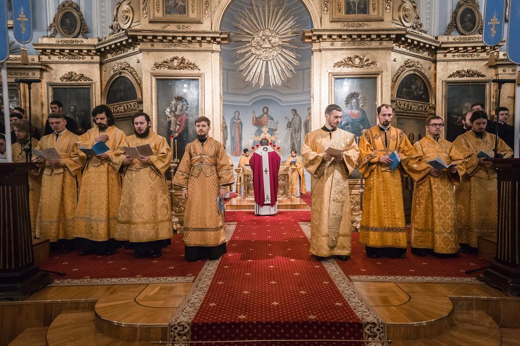служители церкви