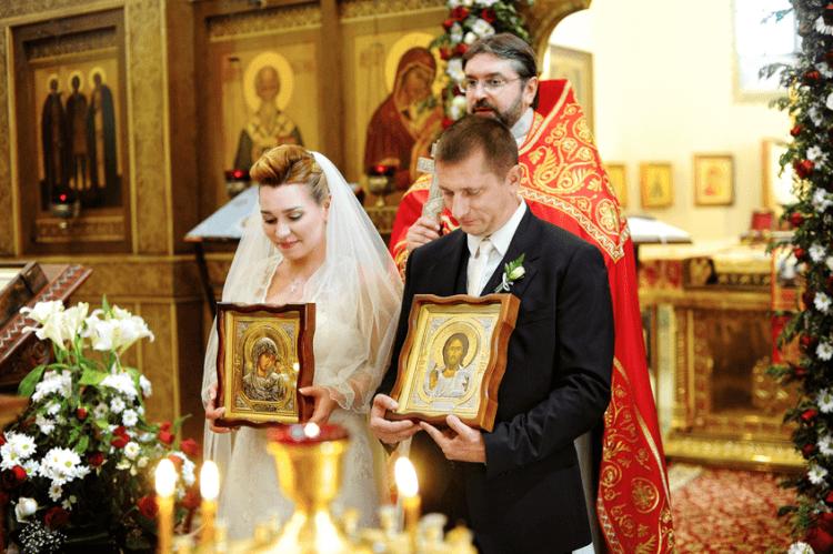 люди венчаються