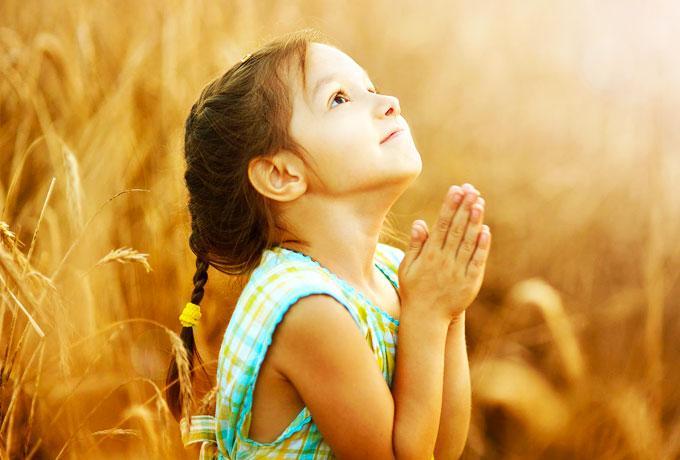 девочка молиться
