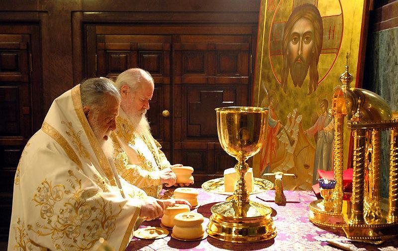 Священник делит Агнеца на 4 части: