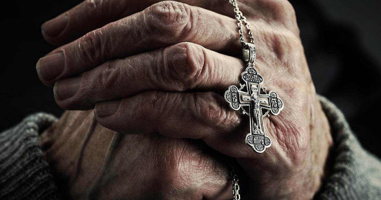крестик в руках