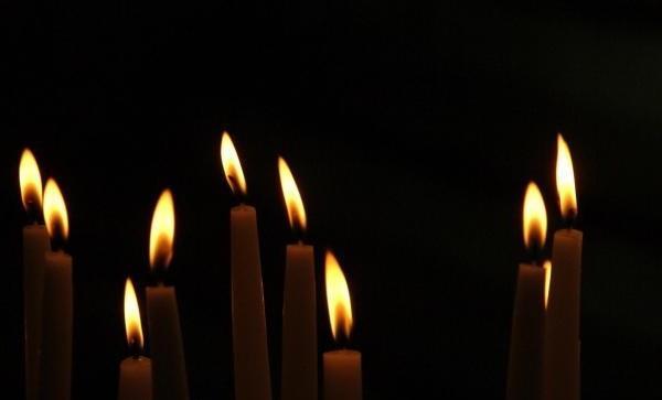 Коптит черным свеча