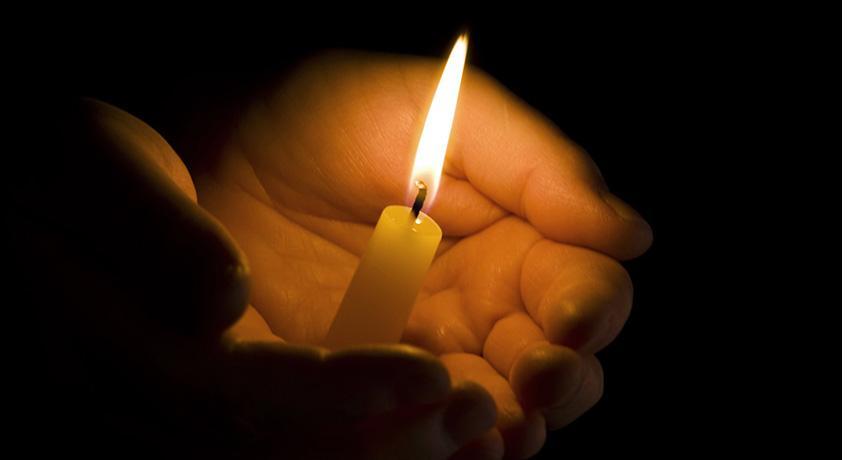 свеча в руке