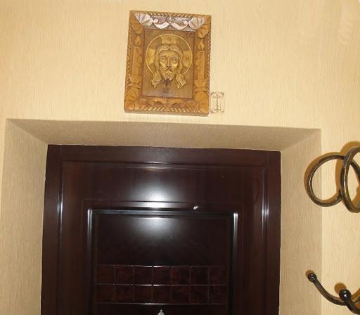 какую икону вешают над входной дверью в квартире