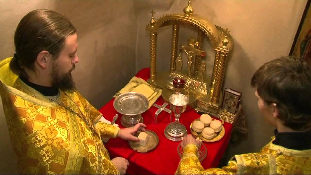 святые перед иконой
