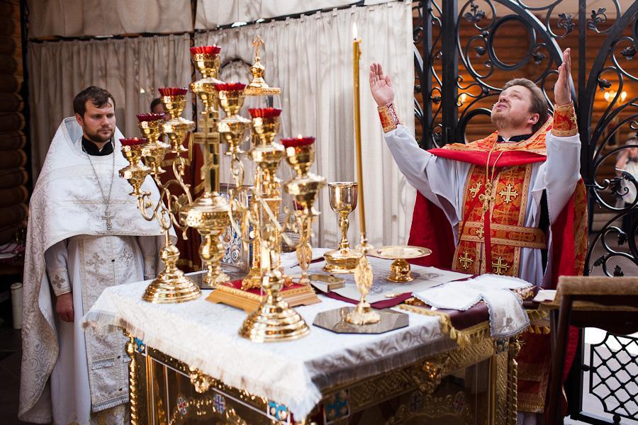 батюшка в храме