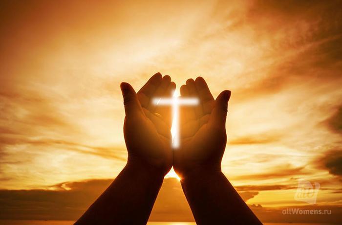 крест в руке